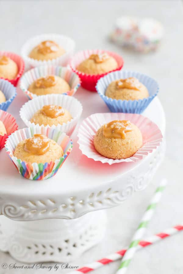 Mini caramel cheesecake bites with homemade dulce de leche. These sinful little bites are sweet, creamy and absolutely easy to make.