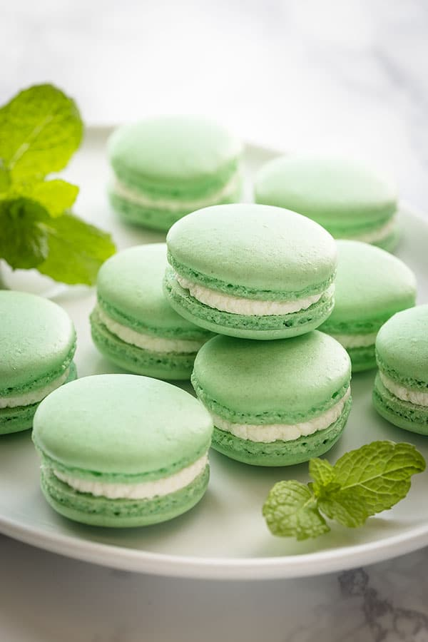 These mint french macarons are perfect entry-level recipes for those who are just starting to bake french macarons. #frenchmacarons #macarons #mintmacarons