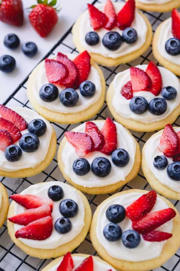 Mini fruit pizza with white chocolate cream cheese frosting - ultimate classic summer dessert in bite-size! It's a perfect make-ahead dessert for a crowd! #fruitpizza #minifruitpizza