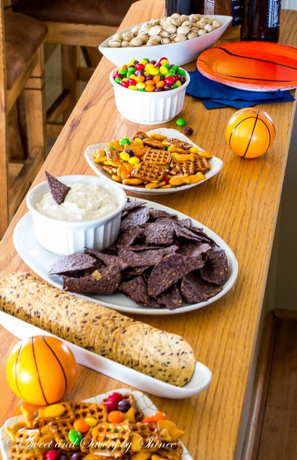 Hosting last minute game day party this weekend? Don't sweat, here I'm sharing my quick and easy party spread idea.