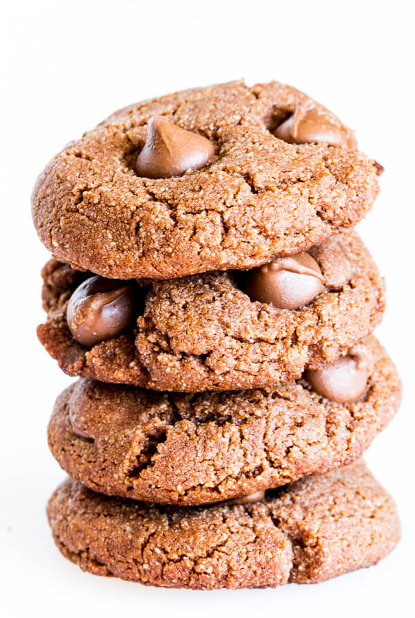 Double chocolate almond cookies for breakfast? Yes, you can! Super quick and easy, these gluten-free, processed sugar-free, dairy-free, eggless cookies are irresistibly chewy and delicious!!