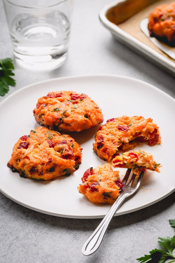 Baked Salmon Cakes are a delicious way to have a healthy but flavorful dinner. Baked, not fried, these perfectly portioned salmon cakes are packed with fresh salmon, roasted red pepper, fresh herbs and zesty Worcestershire sauce! #salmoncakes #salmon #seafood