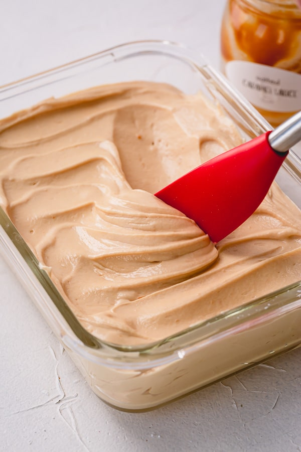 Seriously, nothing beats light and fluffy salted caramel buttercream frosting!! Incredibly easy to make with just 3 ingredients, it's going to be your favorite buttercream frosting of all times. #caramelbuttercream #saltedcaramelbuttercream #buttercreamfrosting